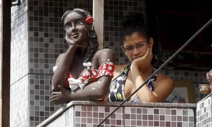 Moradora observa a ação dos policiais na Vila do João Marcos Tristão / Agência O Globo