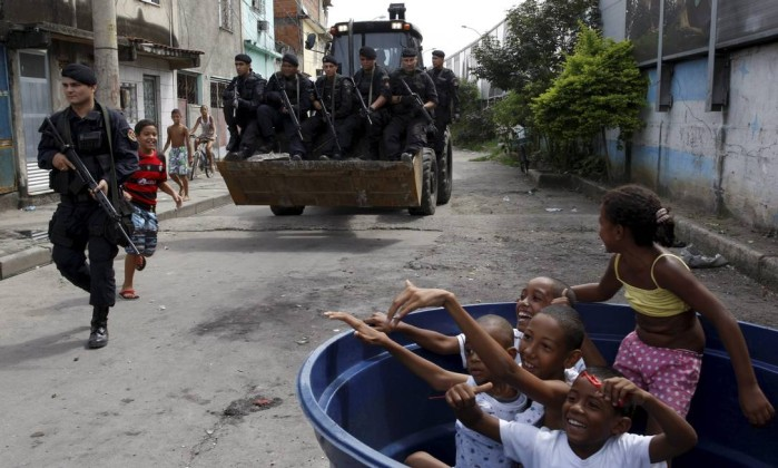 Mesmo com a presença do Bope, crianças brincam sem preocupação no interior da comunidade Marcos Tristão / Agência O Globo