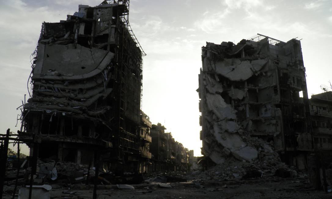 Imagem divulgada pela oposição síria mostra destruição no centro da cidade de Homs. Líder da jihad síria ratifica aliança com al-Qaeda mas nega fusão Foto: HO / AFP
