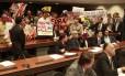 Manifestantes que defendem os direitos homossexuais e defensores de Marco Feliciano levantam seus cartazes no plenário da Comissão, que mais uma vez teve a sessão suspensa