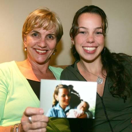 Vinte anos, Zilda Caldeira posa com a filha Anna Paula, a primeira bebê de proveta do Brasil Foto: Pedro Serápio/Gazeta do Povo/5-10-2004