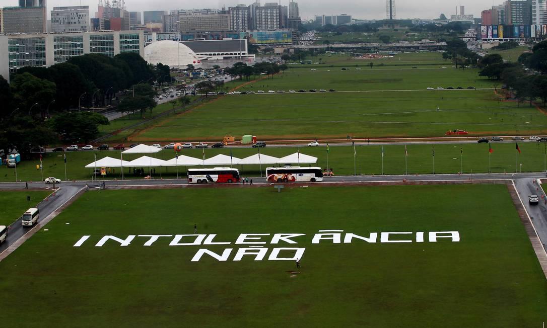 Manifestantes escrevem frase no gramado da Esplanada dos Ministérios contra internação compulsória Foto: Agência O Globo / Ailton de Freitas