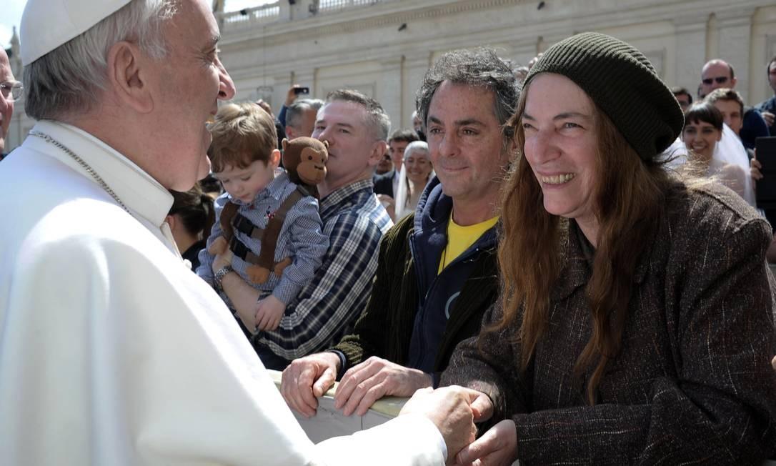Papa Francisco cumprimenta a artista Patti Smith após a audiência geral Foto: Uncredited / AP