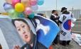 Ativistas da Coreia do Sul mostram imagem de Kim Jong-Un