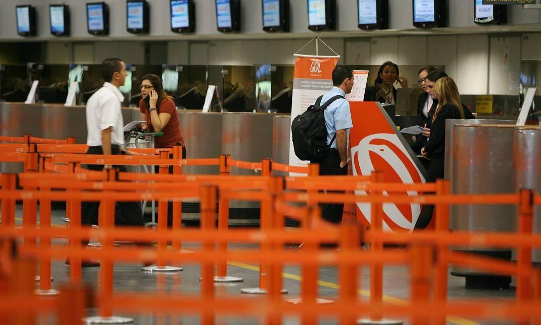 Movimento no guichê da Gol no Aeroporto do Galeão Foto: FOTO: Carlos Ivan / Agência O Globo