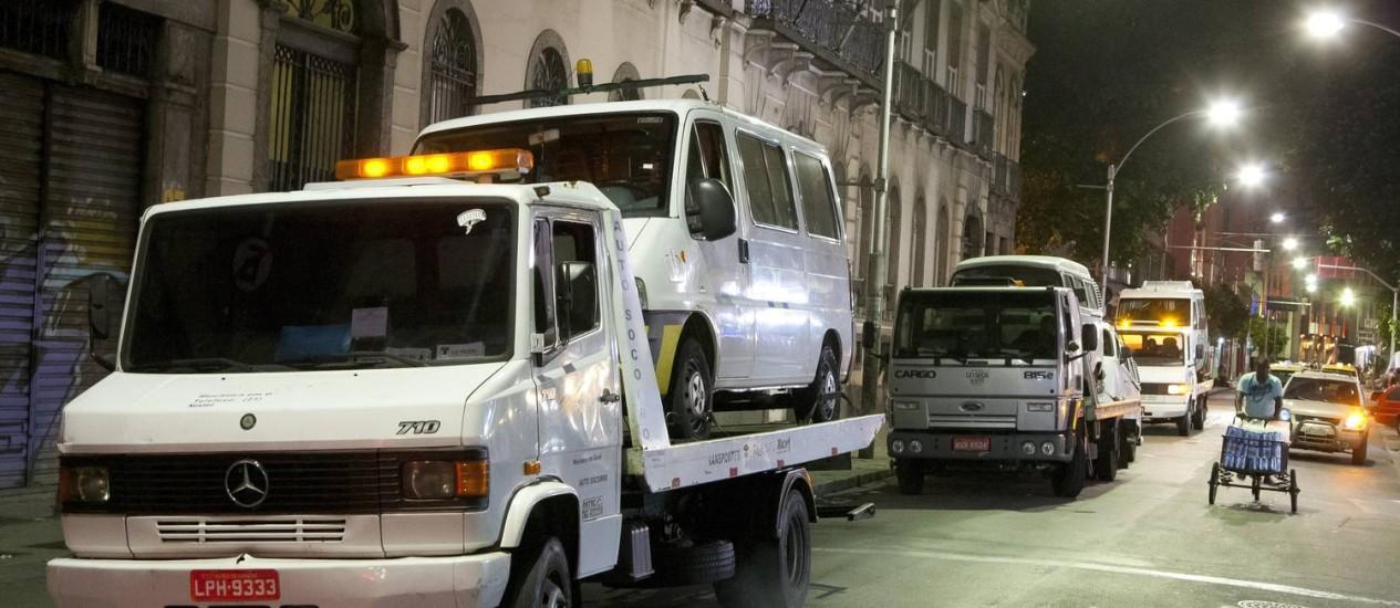 Vinte e cinco veículos <b>são apreendidos</b> em ação contra transporte <b>...</b> 2014