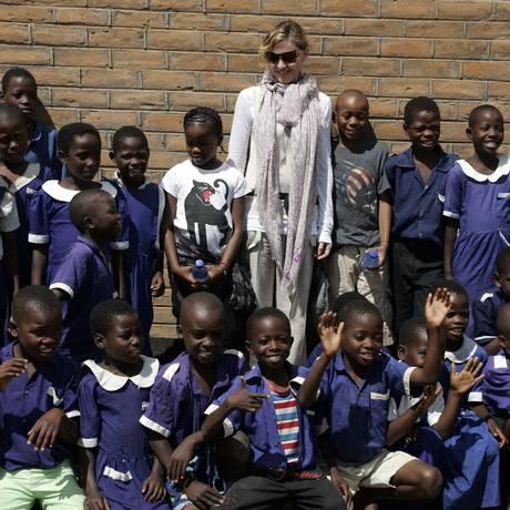 Madonna posa com alunos de escola no Malauí Foto: AMOS GUMULIRA / AFP