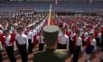 Crianças norte-coreanas durante uma cerimônia militar em Pyongyang