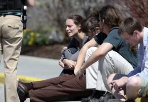 Estudantes aguardam diante do shopping onde funciona uma escola técnica em Christiansburg, Virgínia, após uma pessoa armada balear duas mulheres Foto: Daniel Lin / AP