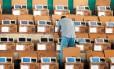Biométrico. Funcionário do TRE verifica urnas: órgão vai cadastrar impressão digital de todos os 376 mil eleitores de Niterói até outubro