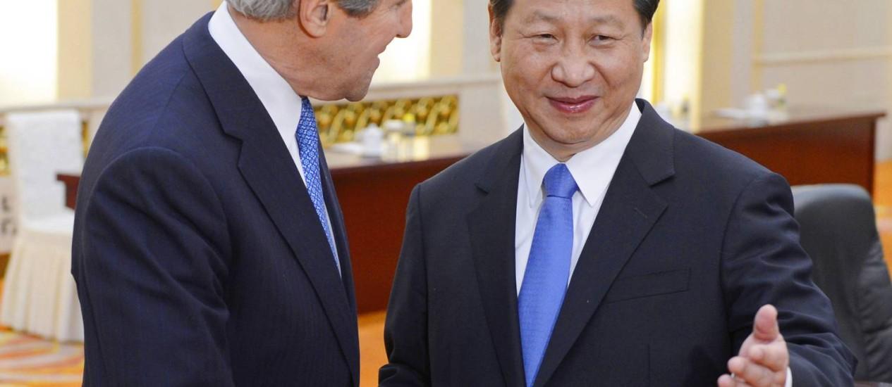 John Kerry e Xi Jinping antes do encontro em Beijing Foto: Yohsuke Mizuno / AP