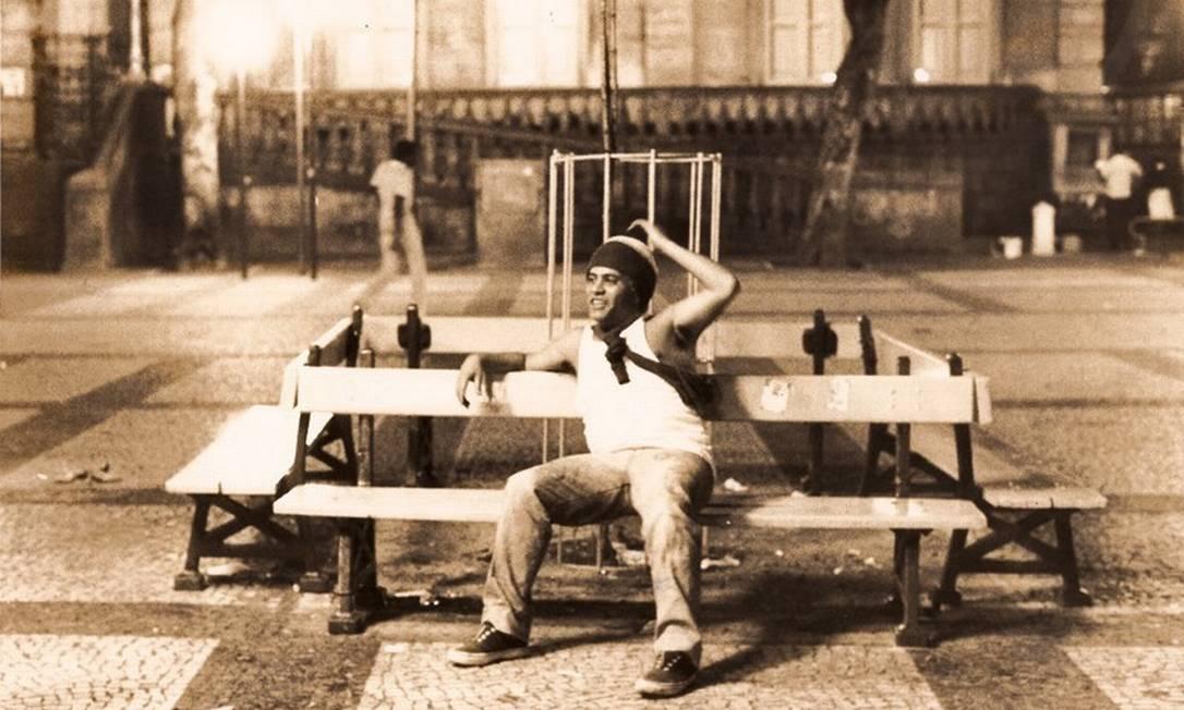 """""""Histórias de Arcanjo"""": documentário repassa momentos da vida do jornalista Tim Lopes (disfarçado como morador de rua na foto), repórter assassinado por bando de traficantes em 2002, enquanto dedicava-se a trabalho investigativo Foto: Divulgação / Documentário"""