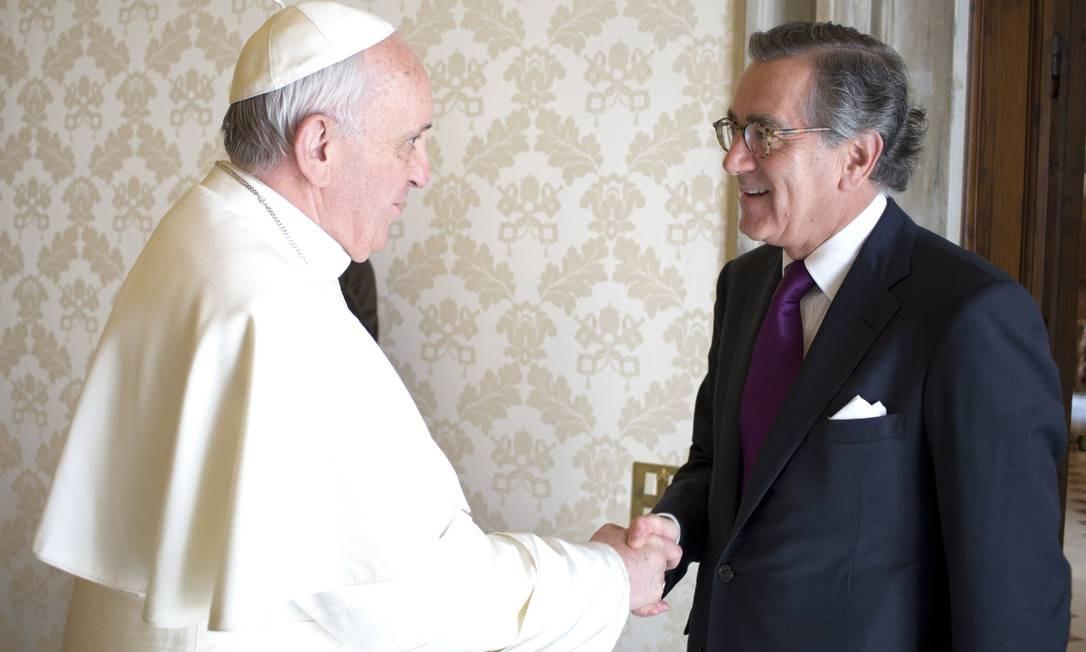 Papa Francisco cumprimenta o representante da Colômbia junto à ONU, Nestor Osorio, durante uma reunião privada no Vaticano Foto: OSSERVATORE ROMANO / REUTERS