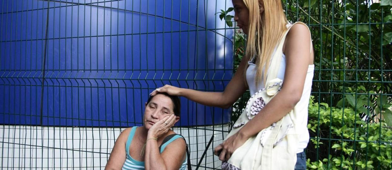 Eliete Ferreira, mãe de Tatiana, permanece do Hospital Salgado Filho, no Méier Foto: Thiago Lontra / Thiago Lontra/11-4-2013