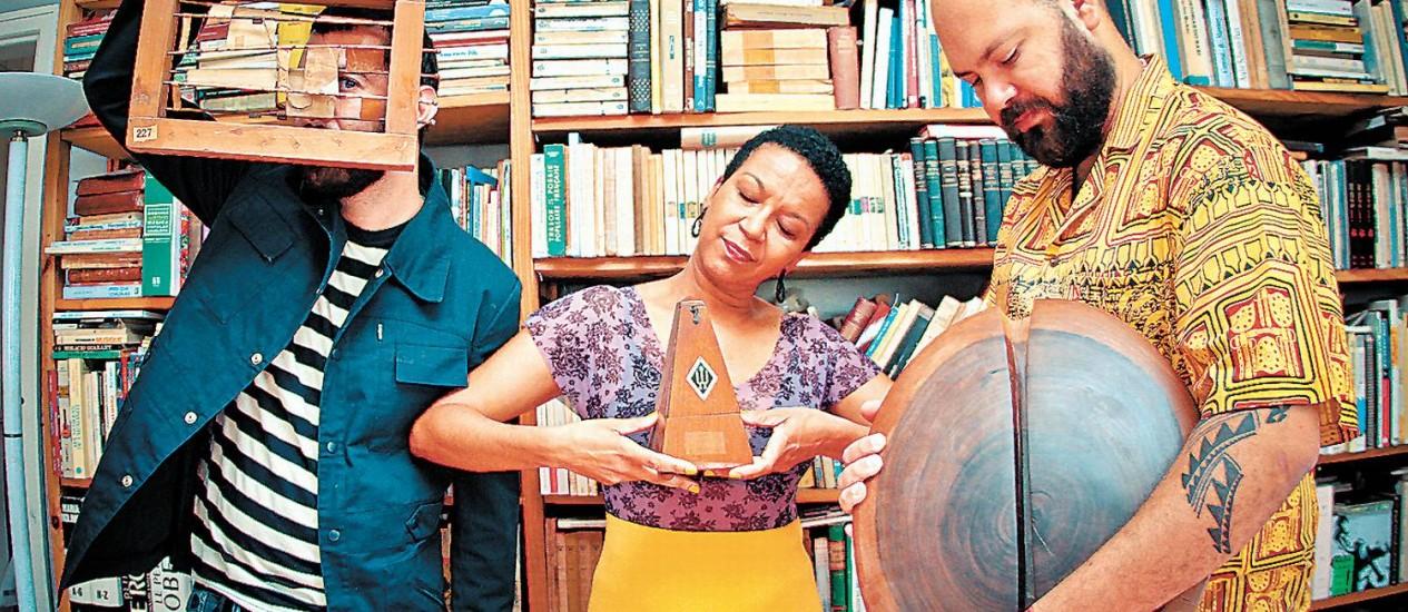 """Kiko Dinucci (à esquerda), Juçara Marçal e Thiago França, trio que explora da delicadeza ao """"punk afro"""" Foto: Terceiro / Divulgação"""