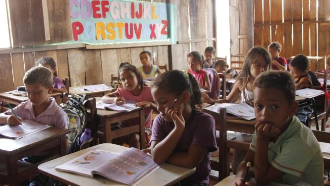 Marabá tem escola instalada em curral, onde estudam 860 alunos Foto: FOTO: Michel Filho / Agência O Globo