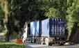 Em vigor há dois meses, o horário restritivo de caminhões com três ou mais eixos na Serra de Petrópolis não está sendo respeitado por caminhoneiros e transportadoras