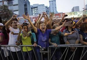 Moradores exigem que um posto de votação seja fechado cerca de 20 minutos depois das 18h em Caracas Foto: Ariana Cubillos / AP