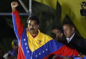 Maduro celebra vitória em palanque em frente ao Palácio Miraflores Foto: TOMAS BRAVO / REUTERS