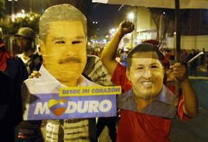 Eleitores comemoram vitória com máscaras de Nicolás Maduro e Hugo Chávez Foto: EDWIN MONTILVA / REUTERS