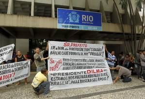 Motoristas de vans protestam em frente à Secretaria Municipal de Transportes, em Botafogo, para contra a proibição de circular na Zona Sul Foto: Gabriel de Paiva / Agência O Globo