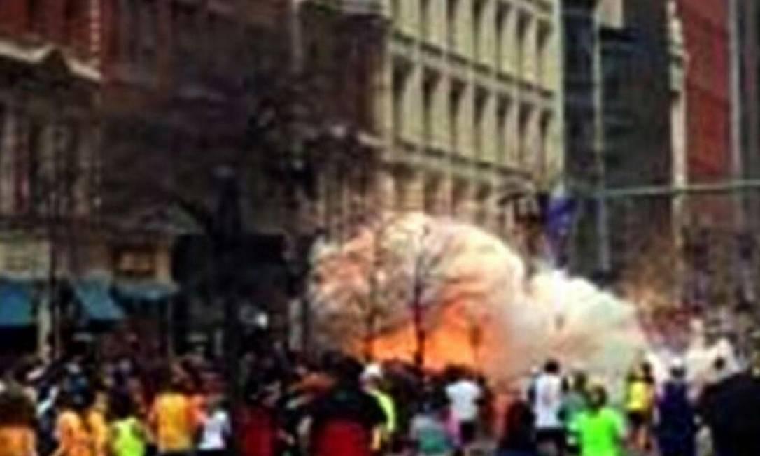 Em outro ângulo: as bombas haviam sido deixadas pelos irmãos Tsarnaev em mochilas Foto: Reprodução NBC/Reuters / AP