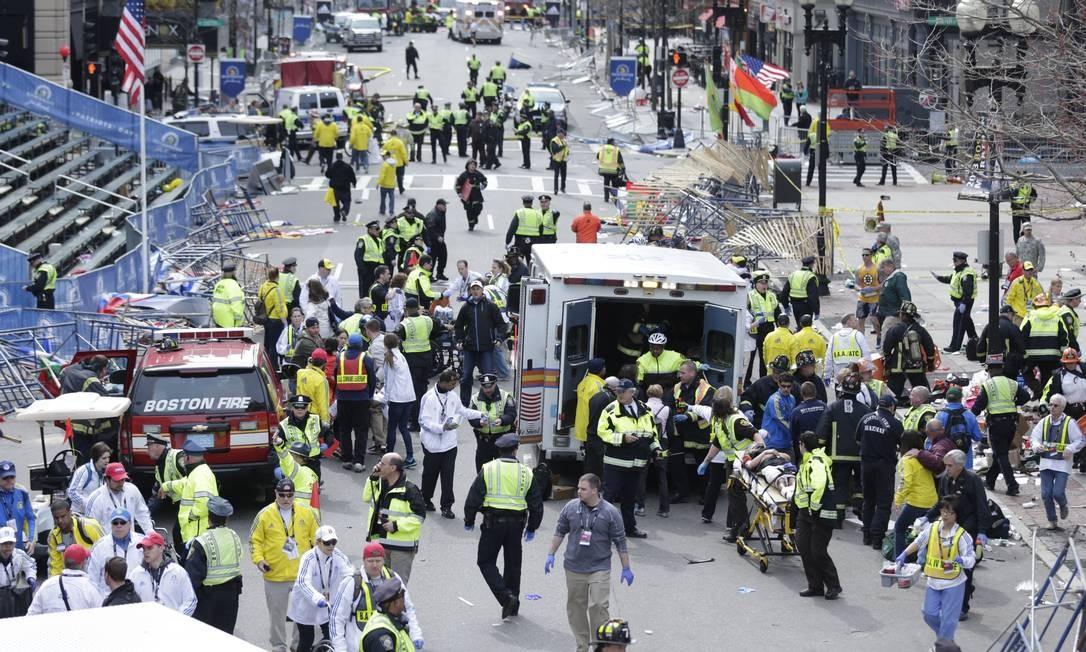 Duas pessoas morreram no local. Imagens de câmeras ajudariam mais tarde a identificar os responsáveis pelo ataque Foto: Charles Krupa / AP