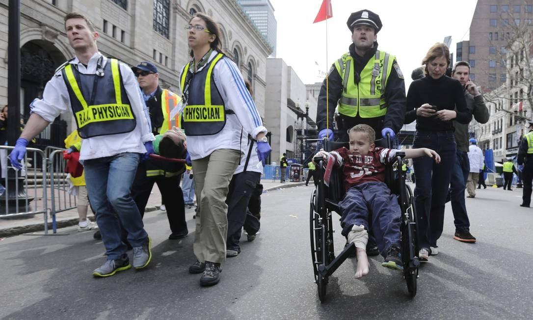 Entre os feridos, uma criança que assistia à competição Foto: Charles Krupa / AP