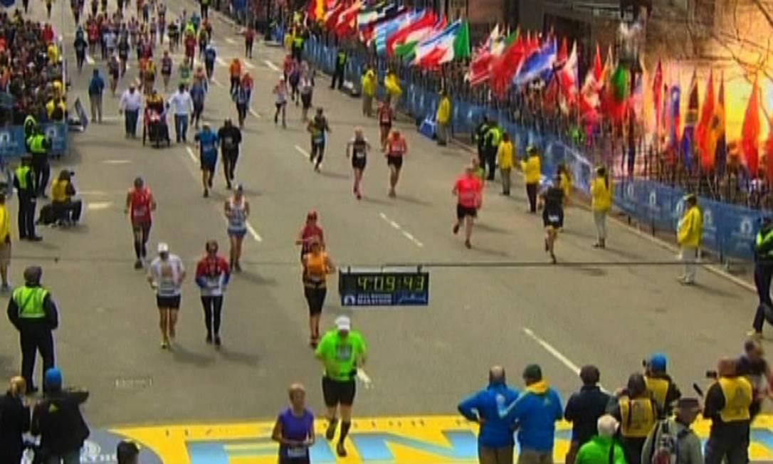 Vídeo da NBC mostra o momento de uma das explosões na linha de chegada da Maratona de Boston Foto: NBC / REUTERS