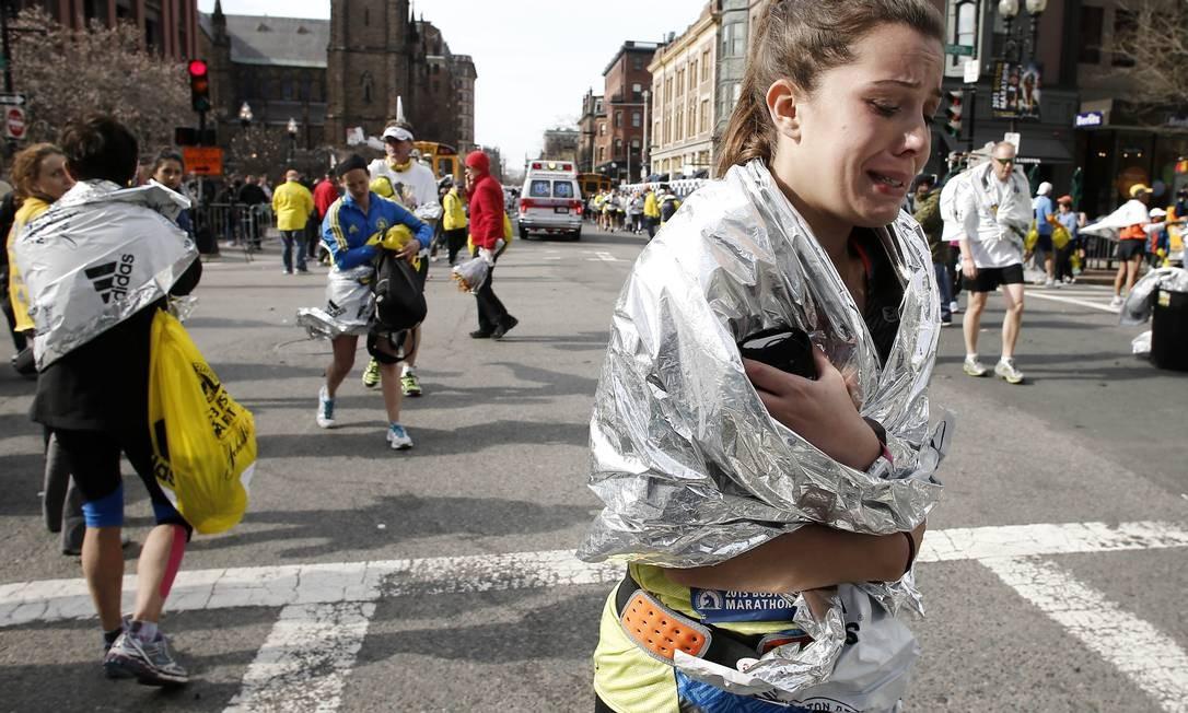 Uma participante da maratona chora após as explosões Foto: Winslow Townson / AP
