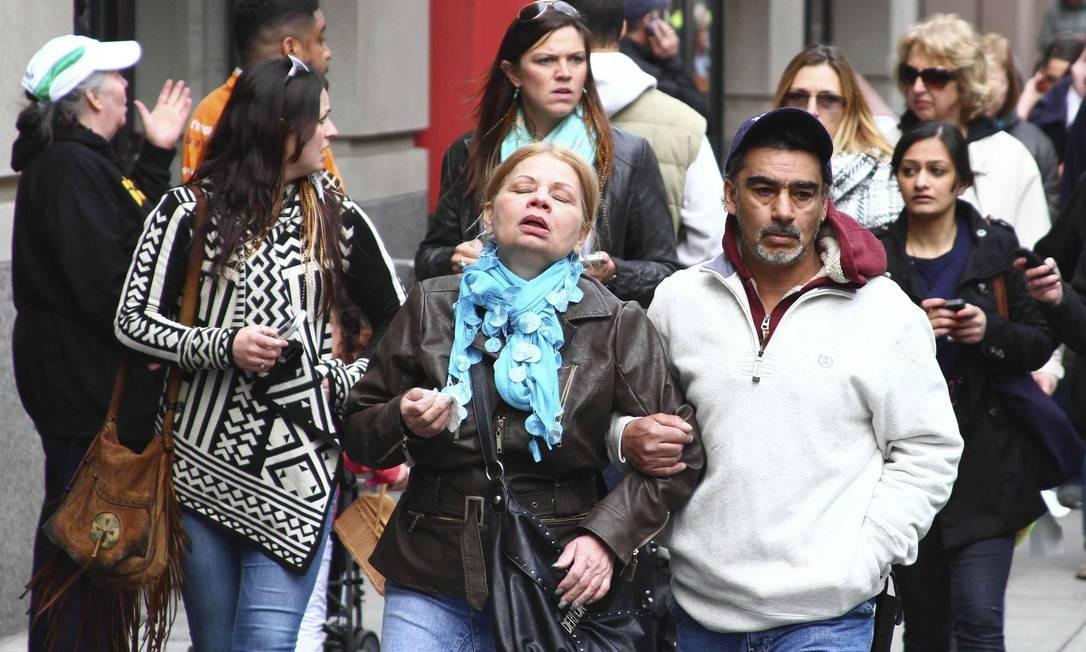 Com expressões tensas, pedestres fogem do local das explosões Foto: HANDOUT / REUTERS