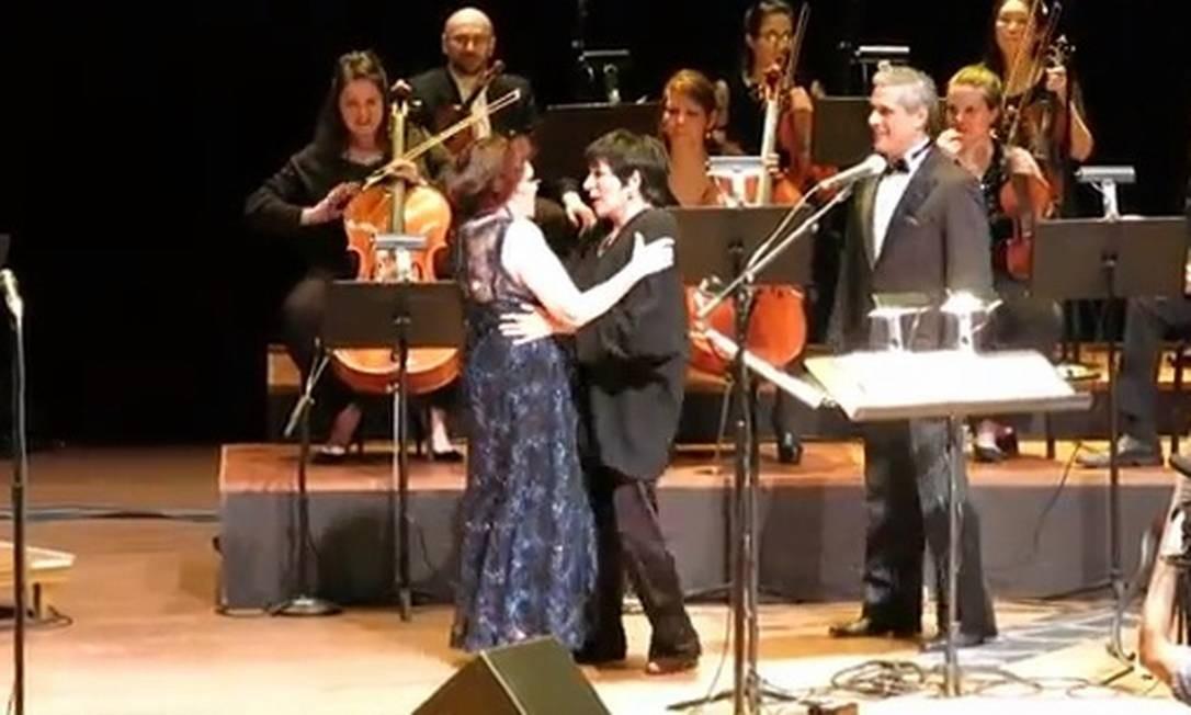 Bibi Ferreira abraça Liza Minnelli no palco do Lincoln Center Reprodução de vídeo
