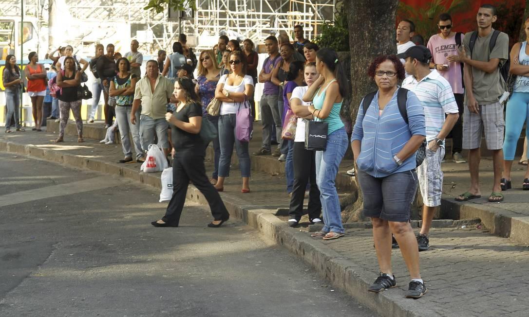 Passageiros lotam ponto de ônibus na Rocinha Foto: Gabriel de Paiva / Agência O Globo