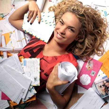 A atriz Lua Blanco com as cartas que recebe dos fãs Foto: Gustavo Stephan/ 08/12/2011 / Agência O Globo