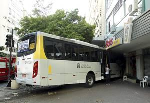 Após colidir com carro, ônibus invadiu portaria de prédio na esquina da Avenida Visconde de Pirajá e Rua Garcia Dávila, em Ipanema Foto: Gabriel de Paiva / Agência O Globo