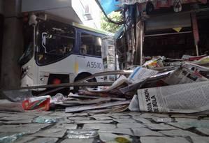Quatro pessoas ficaram feridas no acidente com um ônibus e um carro na Rua Visconde de Pirajá, perto da esquina com a Rua Garcia d´Ávila, em Ipanema, na manhã desta quarta-feira Foto: Foto do leitor José Conde / Eu-Repórter