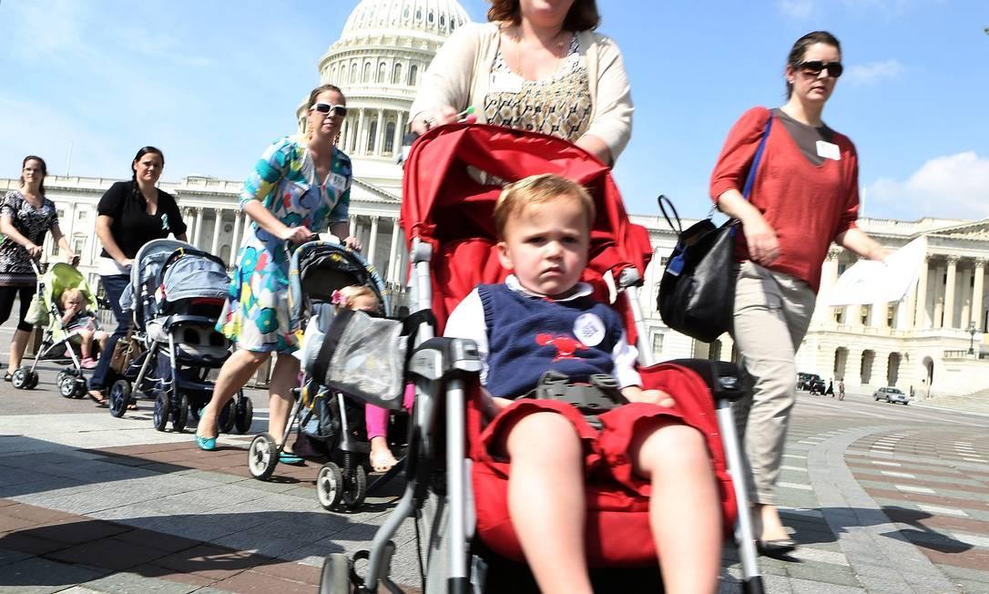 Mães fazem manifestação com carrinhos de bebê diante do Capitólio na tentativa de pressionar os senadores a aprovarem um controle maior de armas Foto: ALEX WONG / AFP
