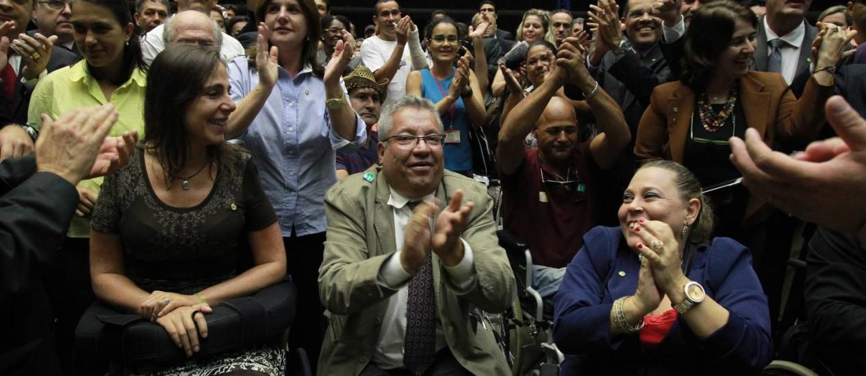 A deputada Rosinha da Adefal (PTB-AL), à direita de blazer azul, no Plenário da Câmara, durante votação que aprovou aposentadoria especial para pessoas com deficiência Foto: Givaldo Barbosa / O Globo