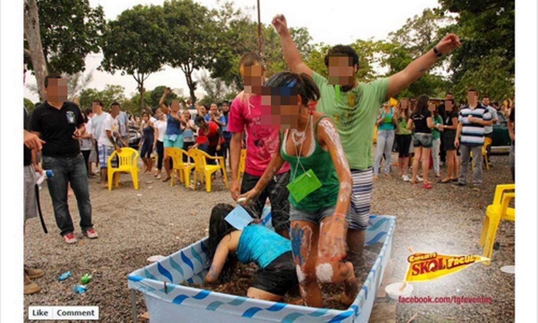 Calouros em piscina utilizada no trote do curso já no semestre passado Foto: Reprodução da internet