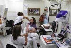 Manicure: A professora de piano Olga de Lena trocou Werner por salão pequeno, onde paga metade Foto: Domingos Peixoto / Agência O Globo