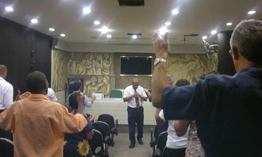 No 'Almoço com Deus', realizado todas as quartas-feiras no auditório da Câmara, o vereador João Mendes de Jesus ora com um grupo de fiéis Foto: Ruben Berta / Agência O Globo