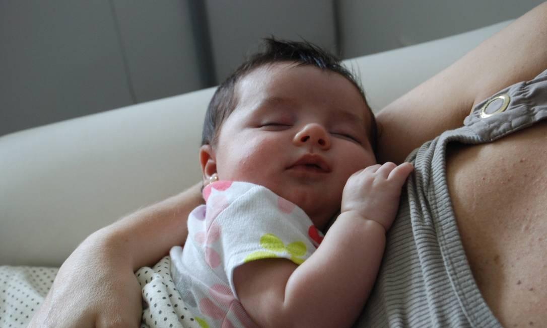 Estudo mostra que calma de bebê no colo da mãe é um traço da evolução da espécie Foto: Agência O Globo