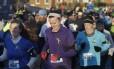 Corredores fazem homanagem às vítimas de Boston, durante a maratona de Carmel, em Indiana.