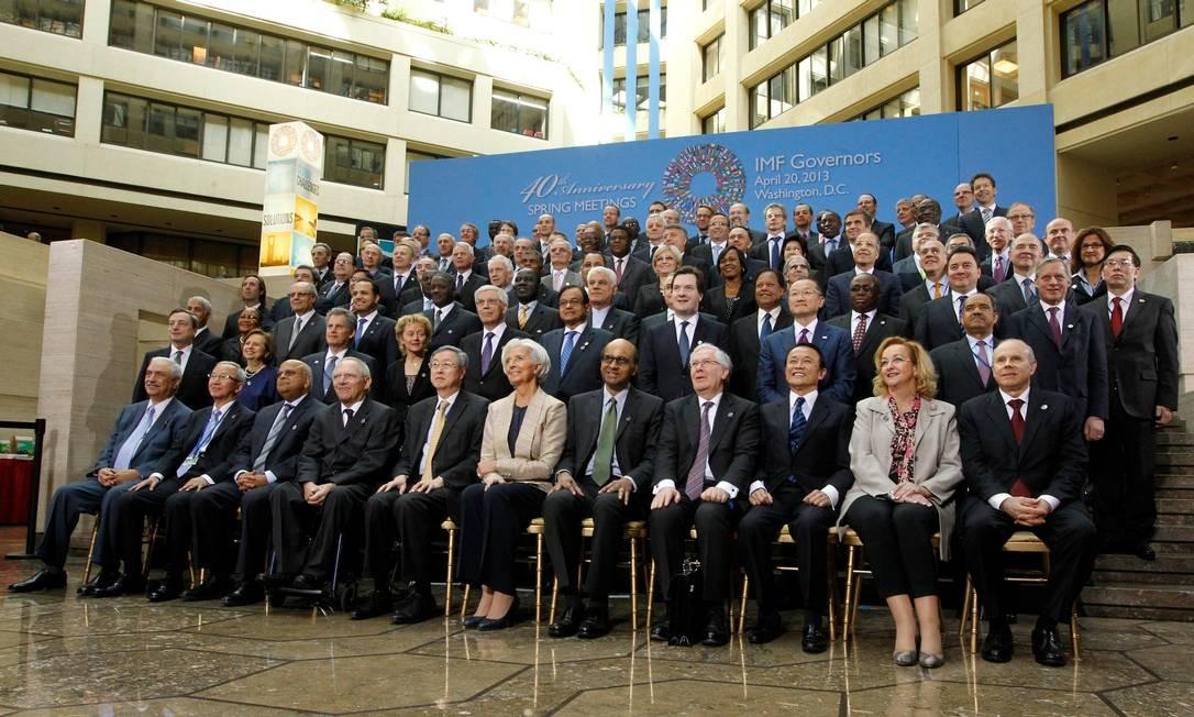 """A tradicional """"foto em família"""" no fim do encontro do FMI Foto: Molly Riley/AP"""
