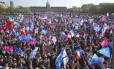 Manifestantes, com bandeiras azul e rosa, protestam em Paris contra a aprovação do casamento gay na França