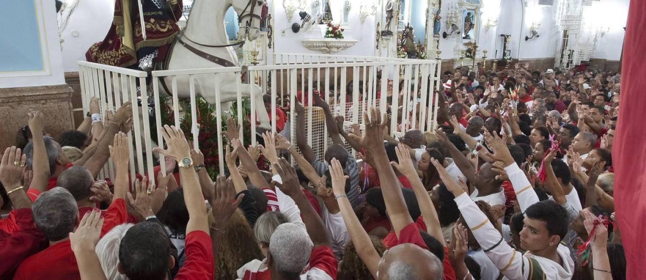 Fiéis lotam a Igreja de São Jorge desde o início da madrugada desta terça-feira Foto: Fernando Quevedo / Agência O Globo