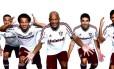 Os jogadores do Fluminense e o ídolo tricolor Assis com a nova camisa branca do clube