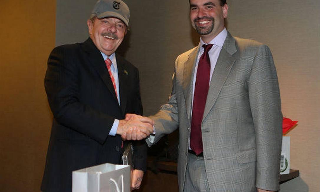 Lula assinou contrato com o diretor-geral do serviço de notícias do New York Times, Michael Greenspon Foto: Divulgação