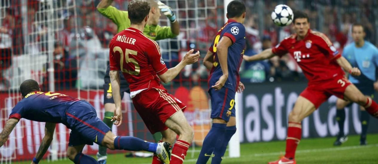 Após Müller ajeitar de cabeça, Mario Gomez completou para a rede na pequena área: 2 a 0 Foto: MICHAELA REHLE / REUTERS