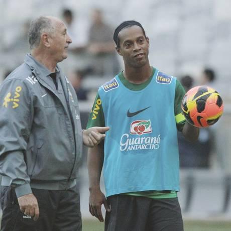 Felipão conversa com Ronaldinho Gaúcho durante treino da seleção no Mineirão Foto: Cezar Loureiro / Agência O Globo